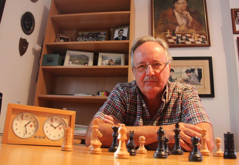 Joaquín Espejo, árbitro en Sevilla'87, posa junto al reloj que se utilizó en el 'match' que enfrentó a Kasparov y Karpov.