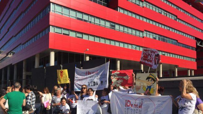 Un grupo de afectados se manifiesta frente a la clínica de iDental en Rivas (Madrid).