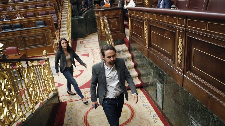 Pablo Iglesias e Irene Montero salen del hemiciclo del Congreso.