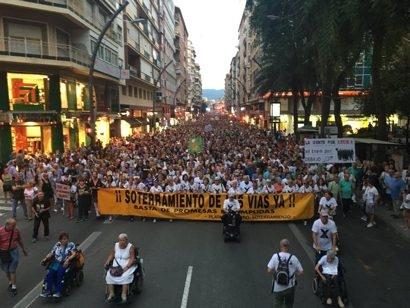 Multitudinaria manifestación en octubre en la Gran Vía de Murcia contra el muro del AVE.