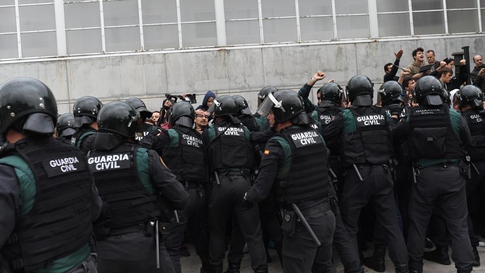 La policía interviniendo en Sant Julià de Ramis (Girona).