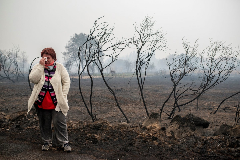 Incendio en Galicia: una mujer llora en Abelenda das Penas (Carballeda de Avia).