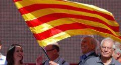 Inés Arrimadas, Mario Vargas Llosa y Josep Borrell, al finalizar la manifestación de Barcelona por la unidad.