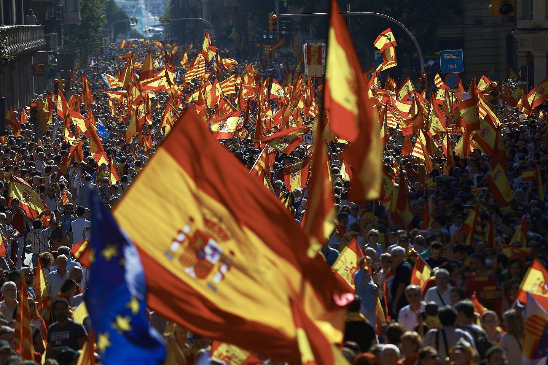 Miles de banderas en Barcelona durante la manifestación contra la independencia.