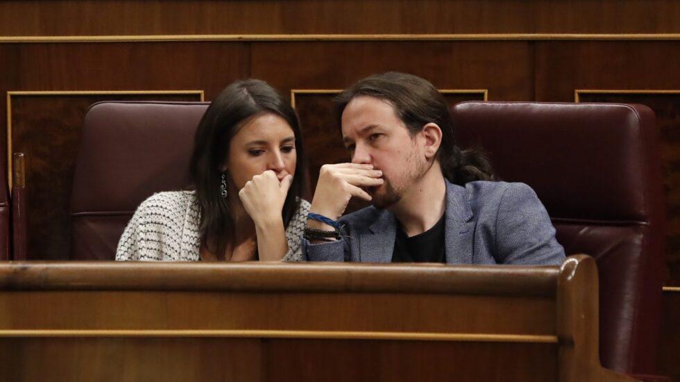 Irene Montero y Pablo Iglesias conversan en el escaño.