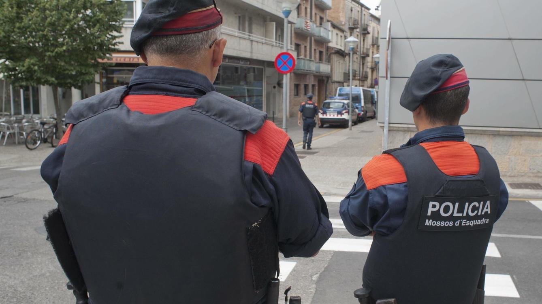 Dos agentes de los Mossos d'Esquadra, en un servicio.