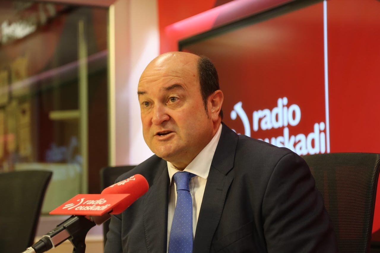 El presidente del PNV, Andoni Ortuzar, durante la entrevista en la radio pública vasca.