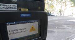 Prohibición de aparcar en un parquímetro de Madrid por alta contaminación.