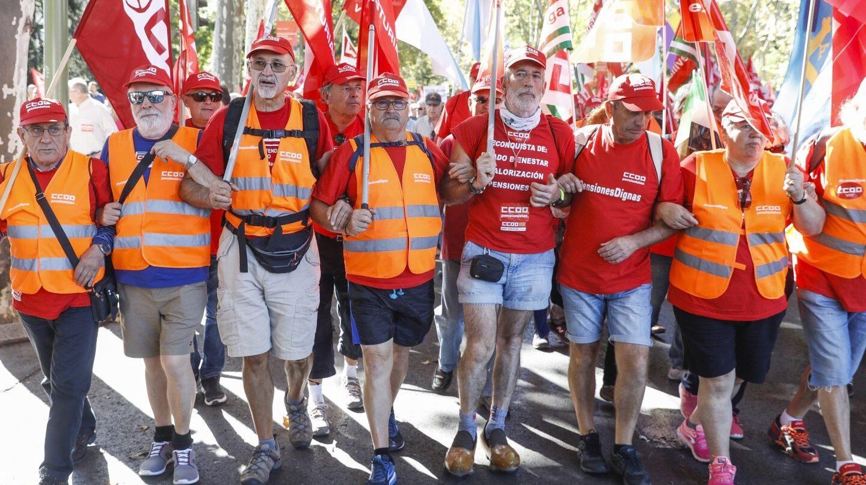 Miles de pensionistas marchan por Madrid para pedir subidas de las pensiones superiores al 0,25%.