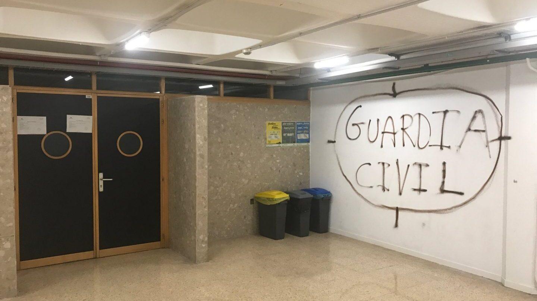 Diana pintada contra la guardia civil en el Campus de Leioa de la UPV.