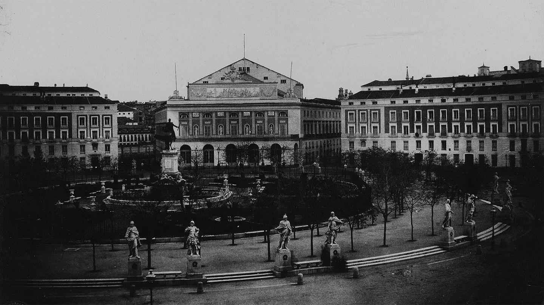 Plaza de Oriente con el Teatro Real de Madrid al fondo