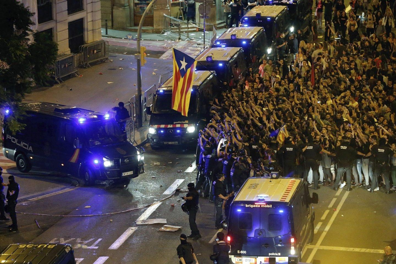 Referéndum 1-O: Manifestación frente a la Jefatura Superior de Policía de Barcelona.