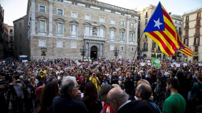 Concentración de profesores en la plaza de Sant Jaume.