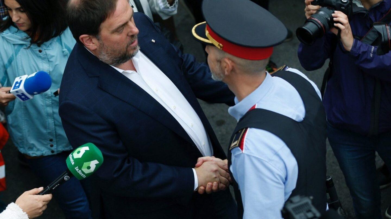 Referéndum 1-O: Puigdemont saluda a un mosso.