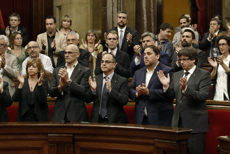 Puigdemont y su Govern, en el Parlament.