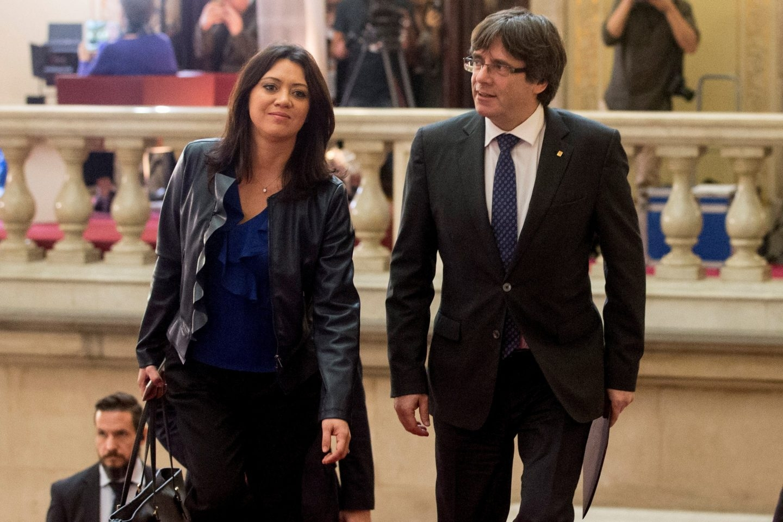 Puigdemont y su esposa, Marcela Topor, entran en el Parlament.