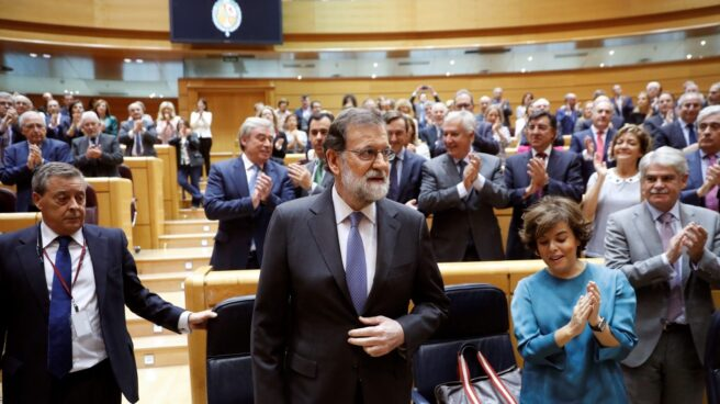 Mariano Rajoy, aplaudido al llegar al Senado.
