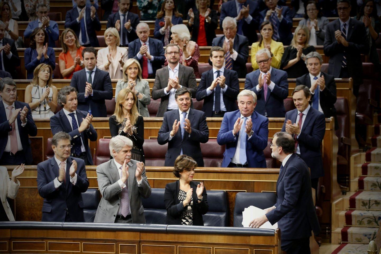 Los diputados del PP aplauden a Mariano Rajoy tras su discurso sobre Cataluña.