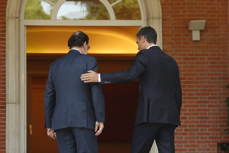 Mariano Rajoy recibe a Pedro Sánchez en el Palacio de la Moncloa.