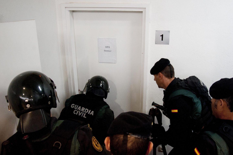 Referéndum 1-O: La Guardia Civil irrumpe en el centro de votación de Sant Julià de Ramis (Girona).
