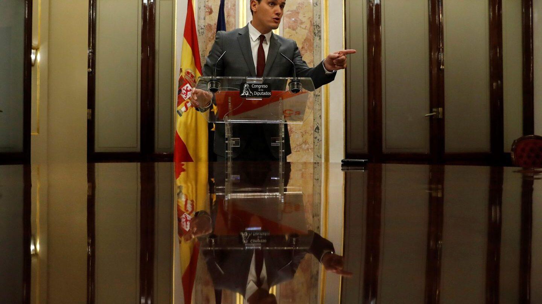 Albert Rivera se dirige a los periodistas en el Congreso.