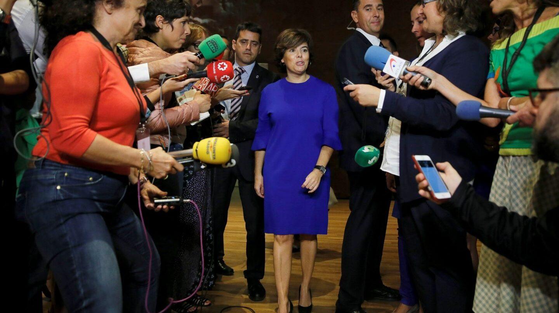 Soraya Sáenz de Santamaría se dirige a los periodistas.