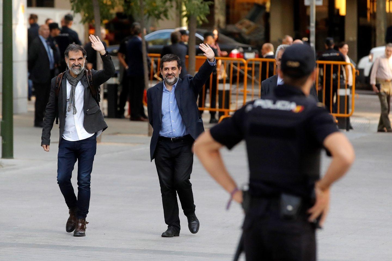 Los presidentes de la Asamblea Nacional Catalana, Jordi Sànchez, y de Òmnium Cultural, Jordi Cuixart (izquierda), llegan a la Audiencia.