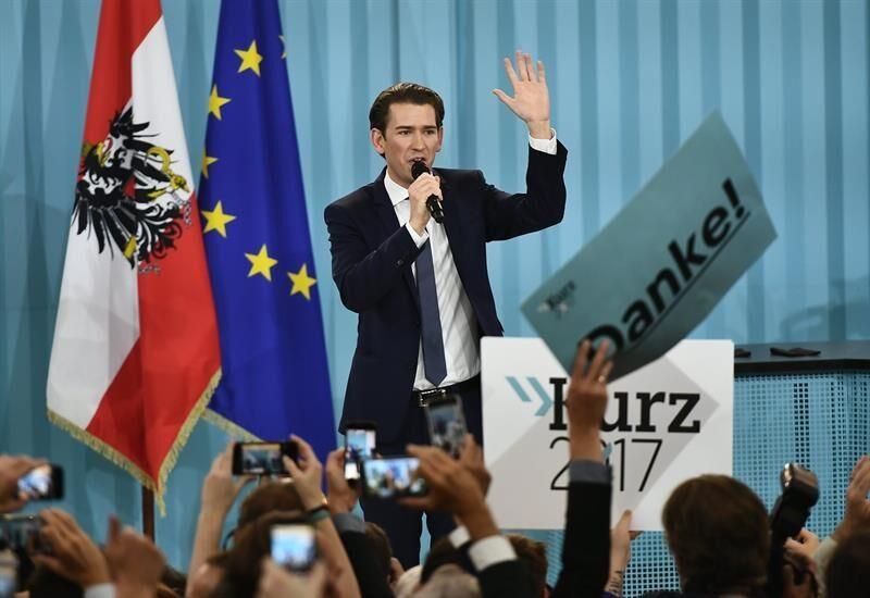Sebastian Kurz, vencedor de las elecciones en Austria, saluda a sus segudores