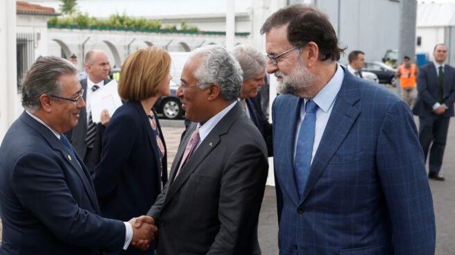 Juan Ignacio Zoido saluda al primer ministro portugués en presencia de Mariano Rajoy en una reciente cumbre Portugal-España.