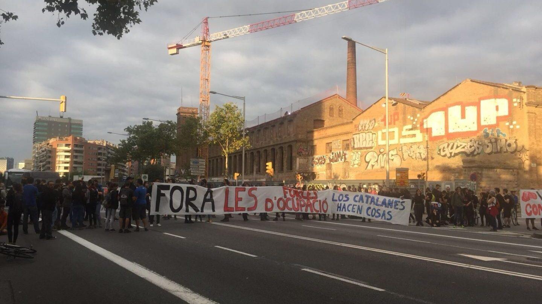 Un grupo de manifestantes cortan una de las carreteras durante la jornada de huelga general en Cataluña tras el 1-O.