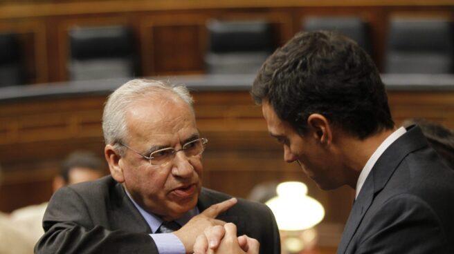 Alfonso Guerra, junto a Pedro Sánchez en el Congreso de los Diputados.