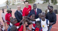 José Luis Sáez y Jorge Garbajosa, anterior y actual presidente de la FEB, en las instalaciones de 'Casa España' de Senegal.
