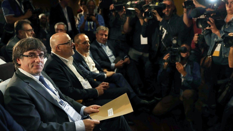 El presidente de la Generalitat, Carles Puigdemont, al inicio de la reunión extraordinaria del consell nacional del PDCat.
