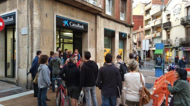Colas en una oficina bancaria de Barcelona, esta mañana.