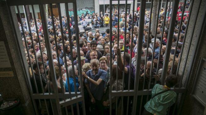Numerosas personas hacen cola en el instituto Moisés Broggi de Barcelona para votar en el referéndum sobre la independencia de Cataluña, suspendido por el Tribunal Constitucional.