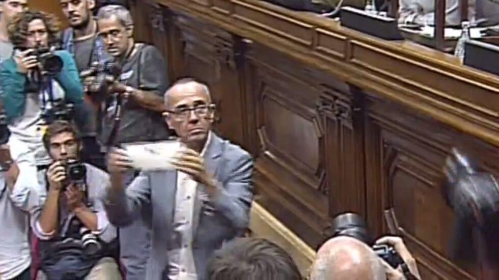 Joan Coscubiela, del grupo parlamentario de Podemos en el Parlament, muestra su papeleta antes de votar.