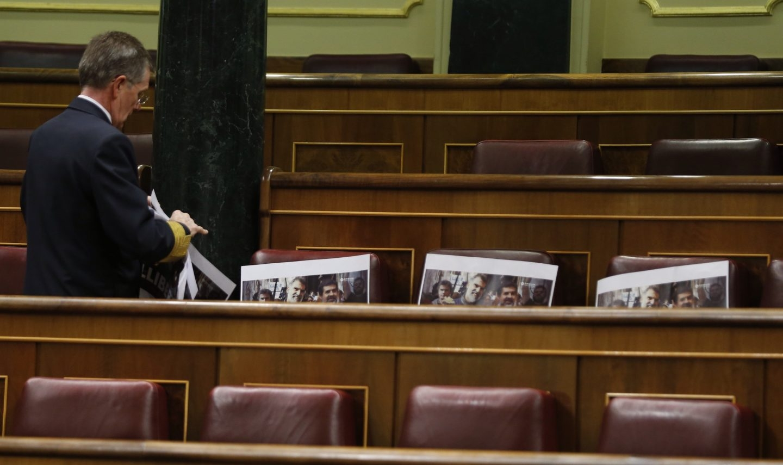 Los escaños de ERC, con los carteles pidiendo la libertad de Sànchez y Cuixart.