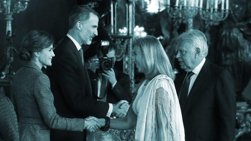 Los Reyes saludan al ex presidente del Gobierno Felipe González y su mujer, María del Mar García Vaquero.