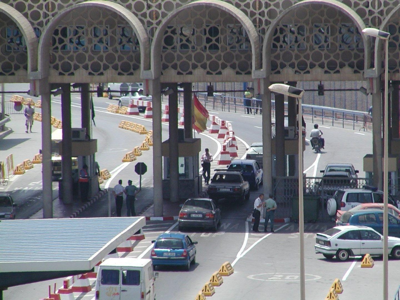 Paso de la frontera del Tarajal, en Ceuta, donde una pareja trataba de introducir a un ciudadano dentro del salpicadero.