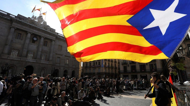 Ambiente ante el Palau de la Generalitat, en el primer día laborable tras la puesta en marcha del artículo 155 de la Constitución para hacer frente al desafío secesionista en Cataluña.