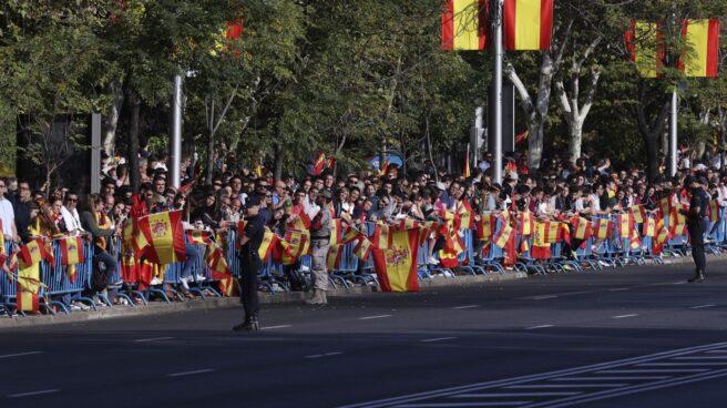 Cientos de personas esperan el comienzo del desfile del Día de la Fiesta Nacional, al que asiste el Gobierno en pleno y la mayoría de líderes políticos.