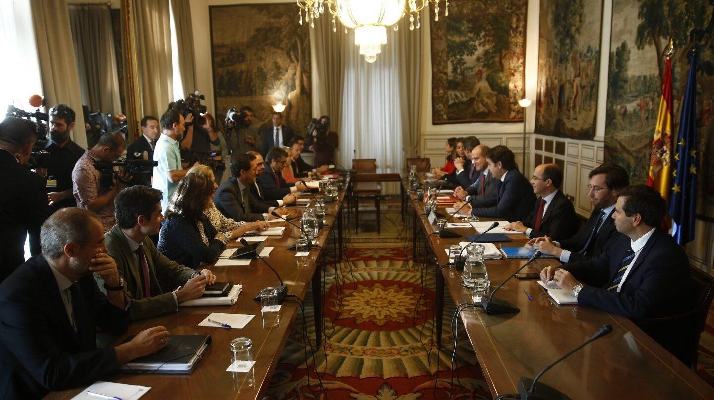 Roberto Bermúdez de Castro preside la reunión con los subsecretarios tras activar el 155 para intervenir Cataluña.