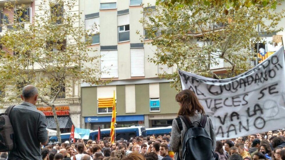 Manifestantes frente a la sede PP.