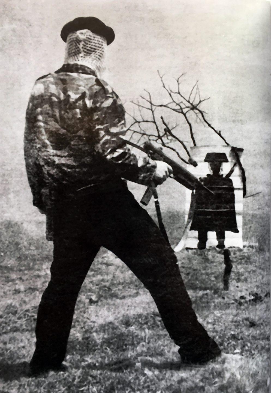 Imagen de un terrorista haciendo prácticas de tiro sacada de la propaganda de la banda.