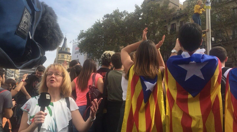 Un grupo de independentistas, ante una reportera internacional.