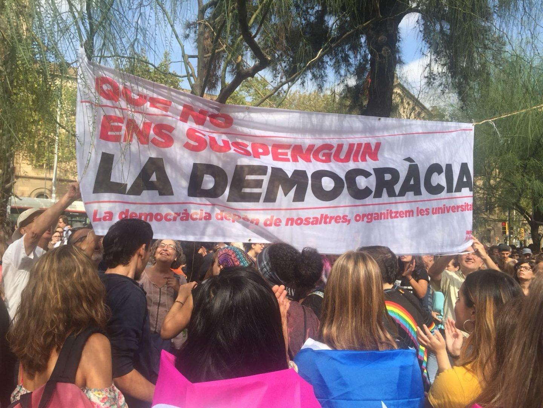 Un grupo de independentistas cuelga una pancarta en Barcelona.