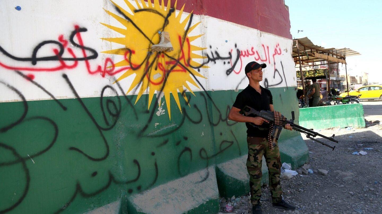 Miembros de las Fuerzas de Movilización Popular iraquíes patrullan las calles de Tuz al sur de Kirkuk.