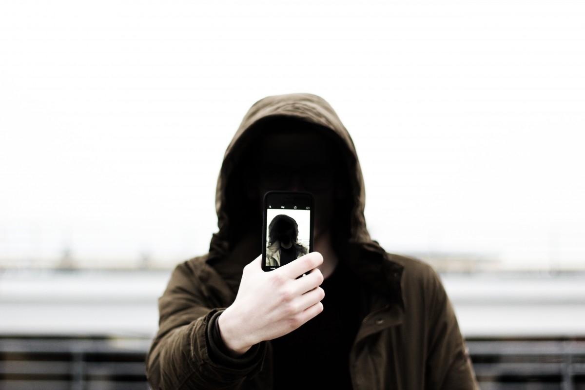 En este mundo de los selfies la sociedad vive cada vez más conectada pero menos vinculada, dice Rovira.