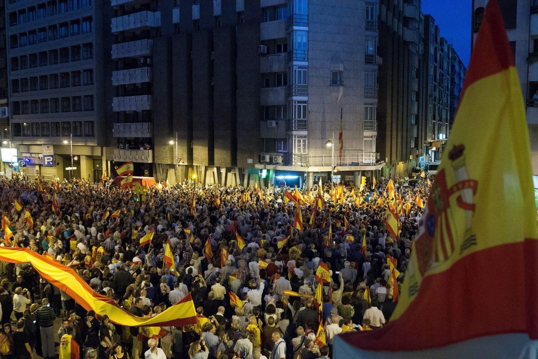 Miles de personas se han manifestado en apoyo a la Guardia Civil este miércoles por la noche en Zaragoza.