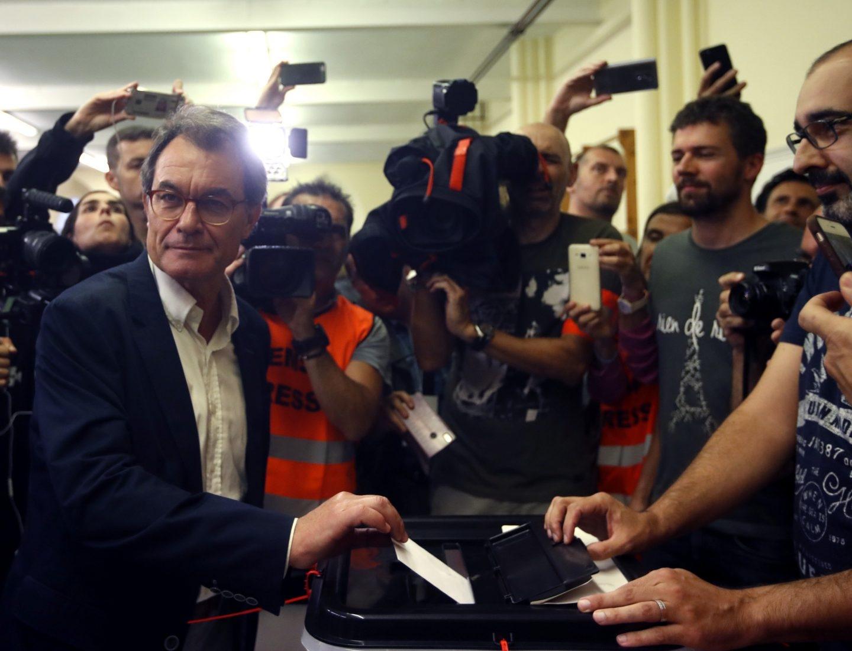 El expresidente de la Generalitat Artur Mas vota ante decenas de medios hoy en el Col·legi Infant Jesús de Barcelona, en el referéndum sobre la independencia de Cataluña, suspendido por el Tribunal Constitucional.